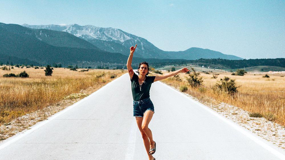 Bosnien Glück glücklich springen park Straße Roadtrip